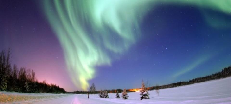 北極での掘削操作を妨害しちゃうのは、美しいオーロラ