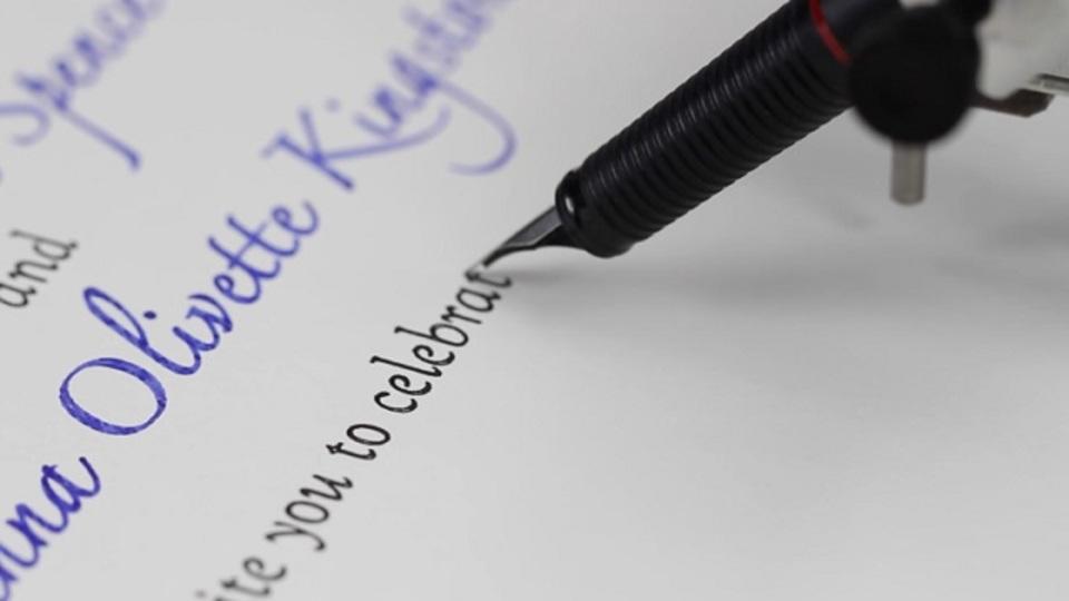 ペンを持ち、紙に文字を書くマシーンが登場