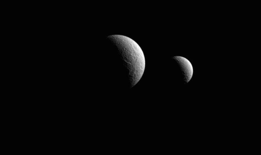 ジョヴァンニさん、見てますか。カッシーニが捉えた、土星の衛星が並ぶ美しい写真