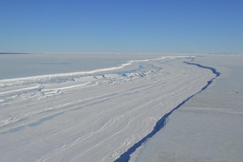 長さ50kmの超巨大氷山、南極から海へ漂い出るカウントダウン…