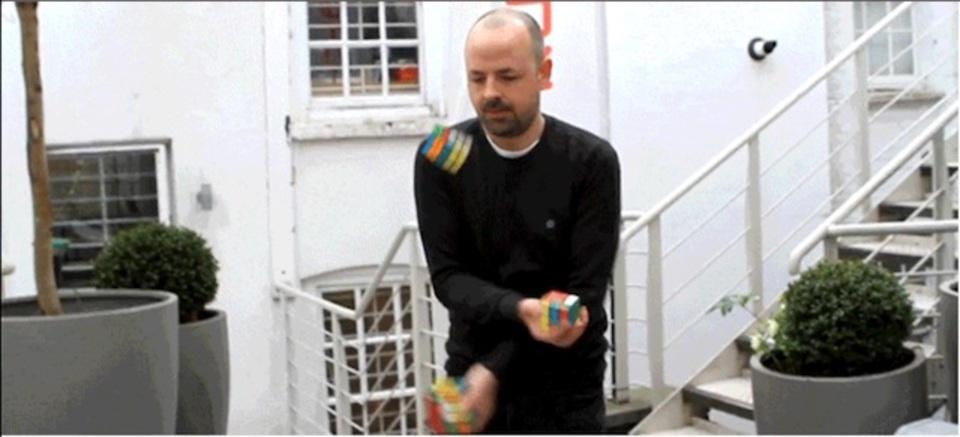 3つのルービックキューブをジャグリングしながら解く強者現る
