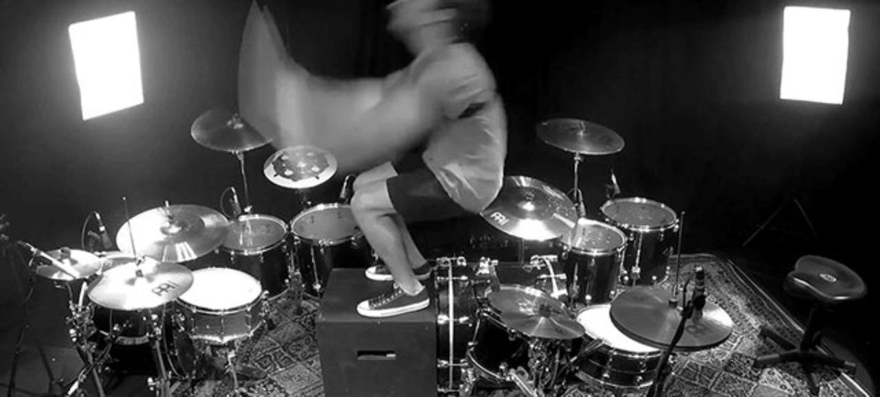 ドラムセット2台、ドラマー1人。どうやって演奏する?