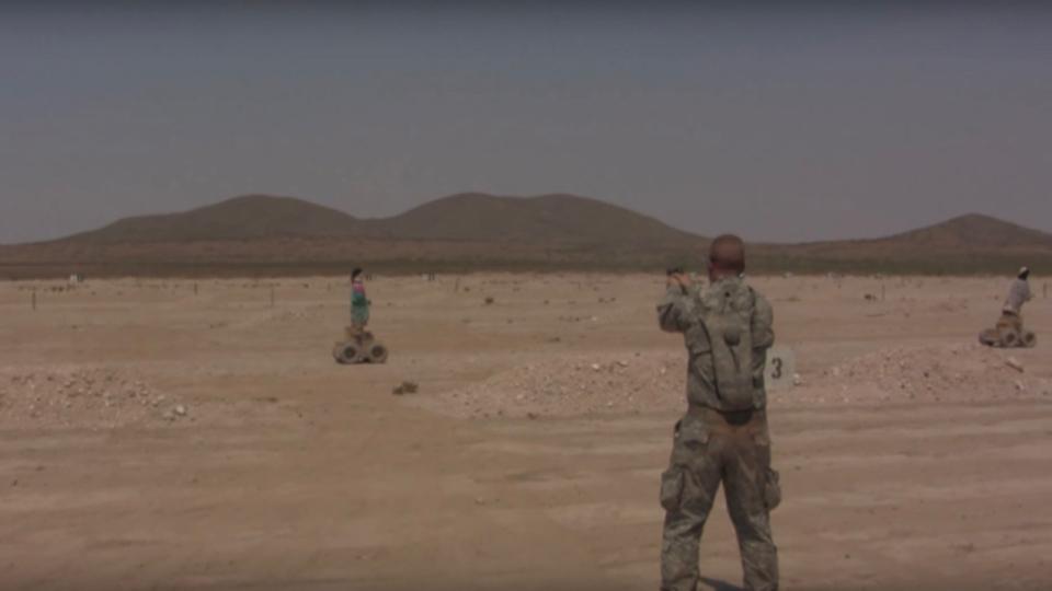 アメリカ海兵隊、動くターゲットの射撃訓練を導入。かかしが古着をまとって揺れ動く