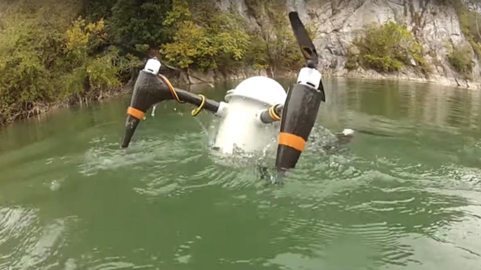 潜水艦から放たれたドローンが海面から飛び出してくる様子を想像するんだっ