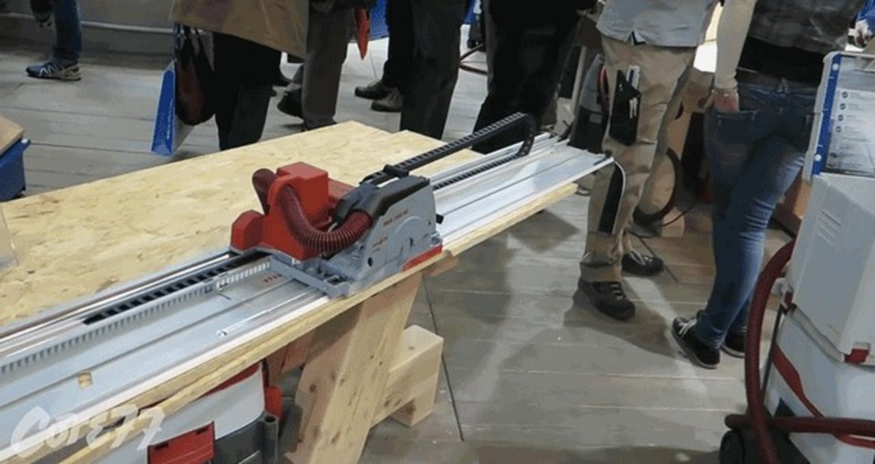 キレイにスーっと。木材を自動運転で切断する電気のこぎり