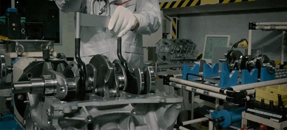 日産GT-Rを支える匠の技。570馬力のエンジンを手で組み立てる様子