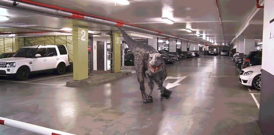 ジュラシック・「カー」パーク。もし駐車場に恐竜がいたら…