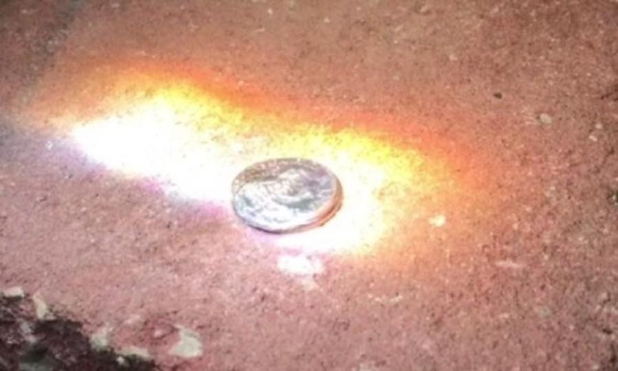 レンズと太陽光で1セント硬貨がぐにゃりと溶ける動画