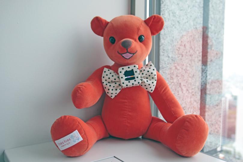 抱きしめて。そしてキスして。au、未来の「クマのぬいぐるみ」を作る