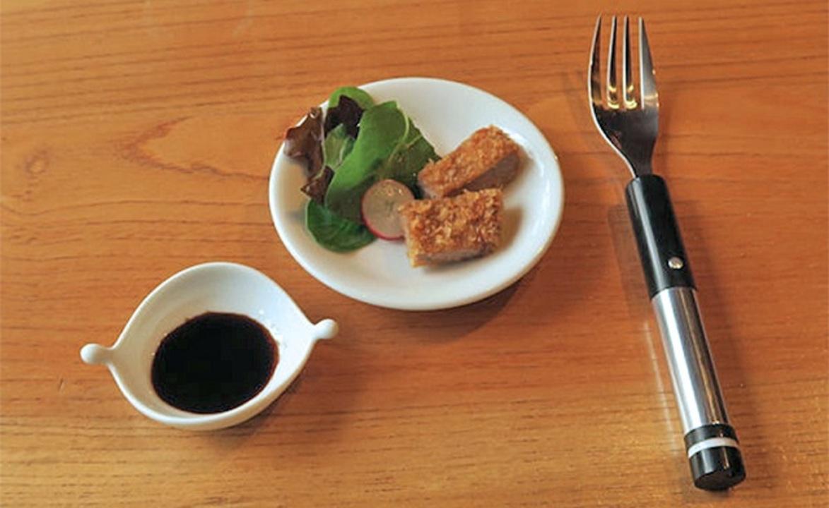 塩を使っていない食べ物に、電気刺激で塩味を感じさせるフォークが誕生