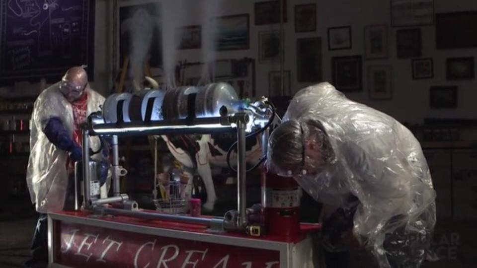 消火器でたった10秒! 3.8リットルの炭酸アイスが作れます