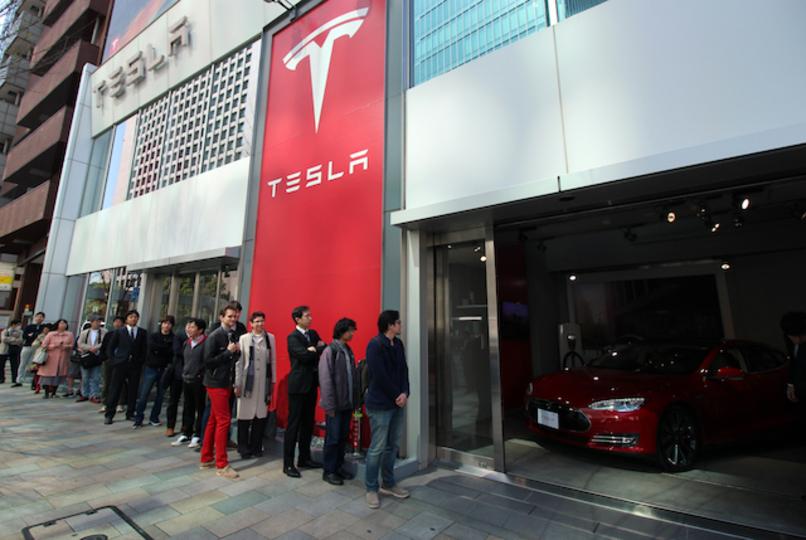 テスラ「モデル3」予約開始日、日本も海外も行列ができてる!
