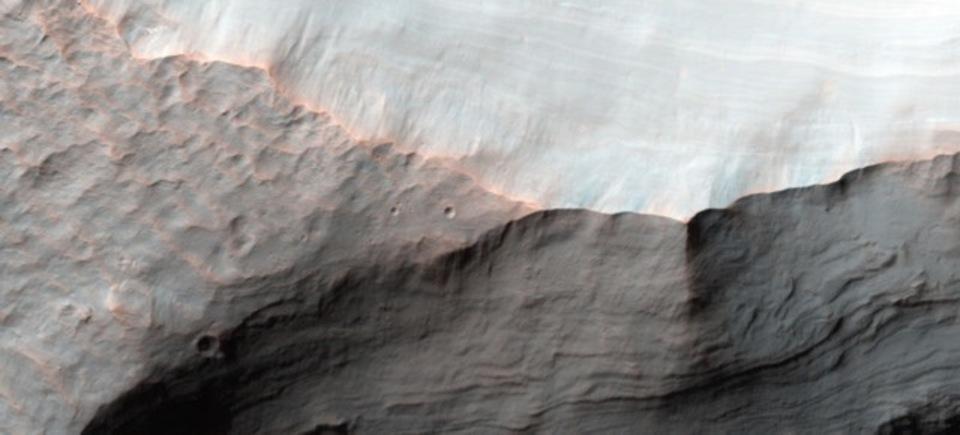 火星の2つのクレーター、火星に流れる水の歴史を教えてくれるかもしれない
