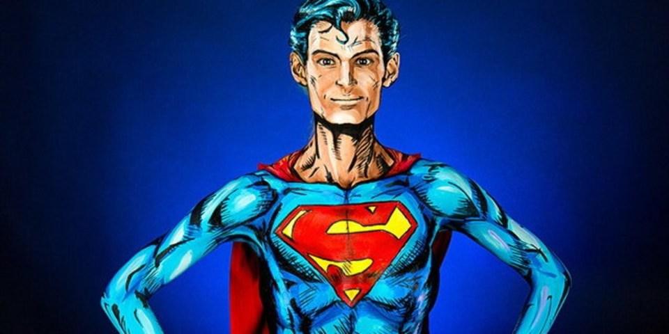 驚嘆な出来のボディー・ペイント「スーパーマン」(女性です)