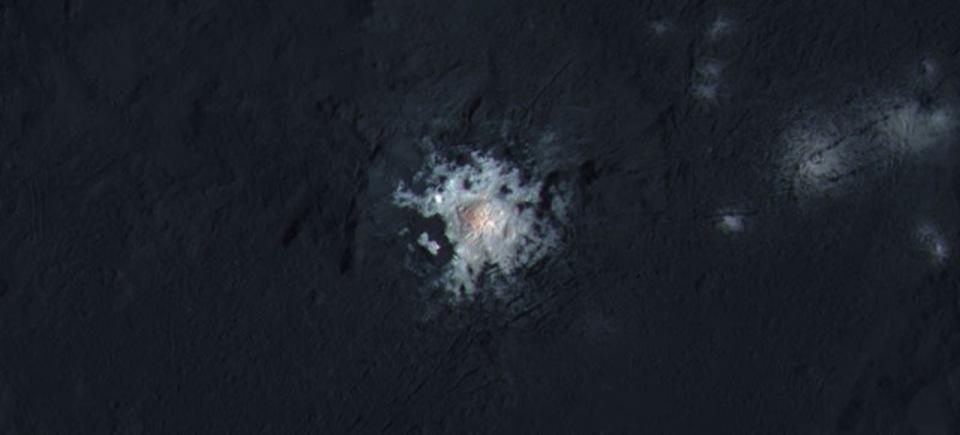 準惑星ケレスの光る塩を捉えた写真。水分が存在する可能性もみえてきましたよ!