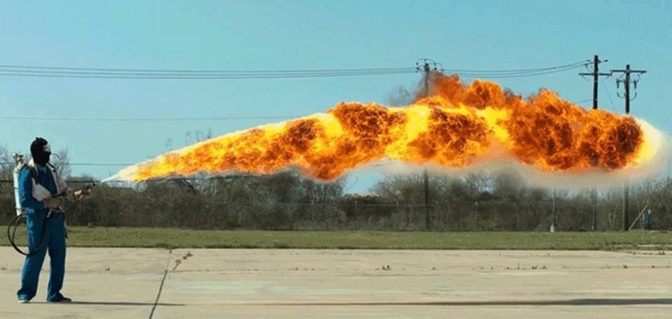 火炎放射器をスローモーションで見ると、ドラゴンっぽい