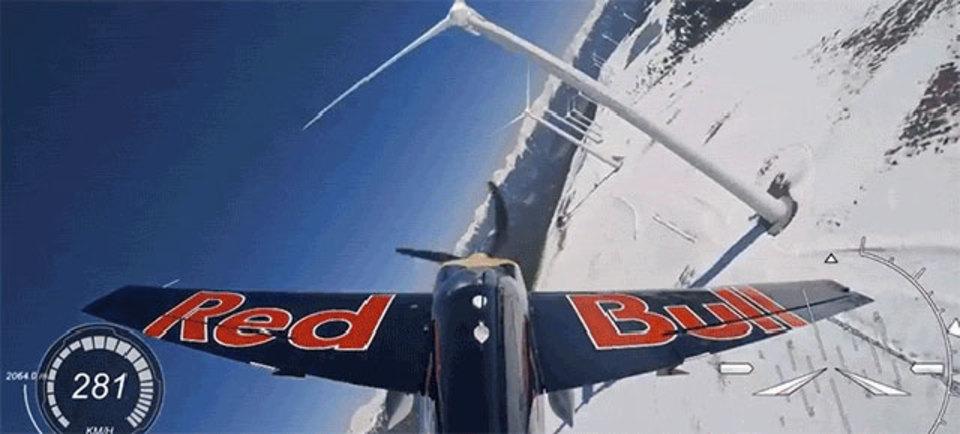 風力タービンの間をすり抜ける、スリルしかない飛行映像