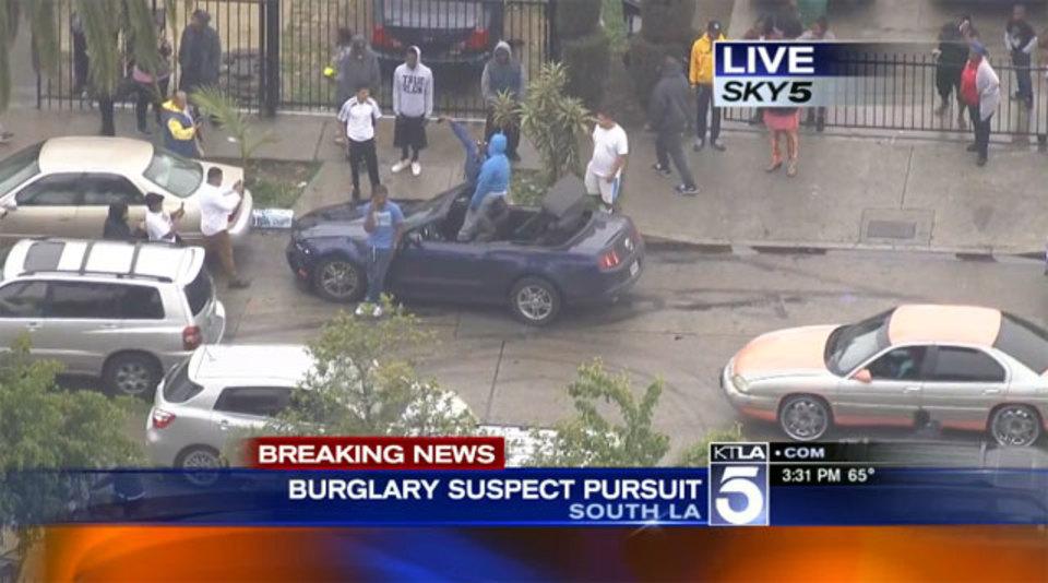 激しいカーチェイスの末に…、警察が追いつくまで犯人はセルフィーしつつ待ってました