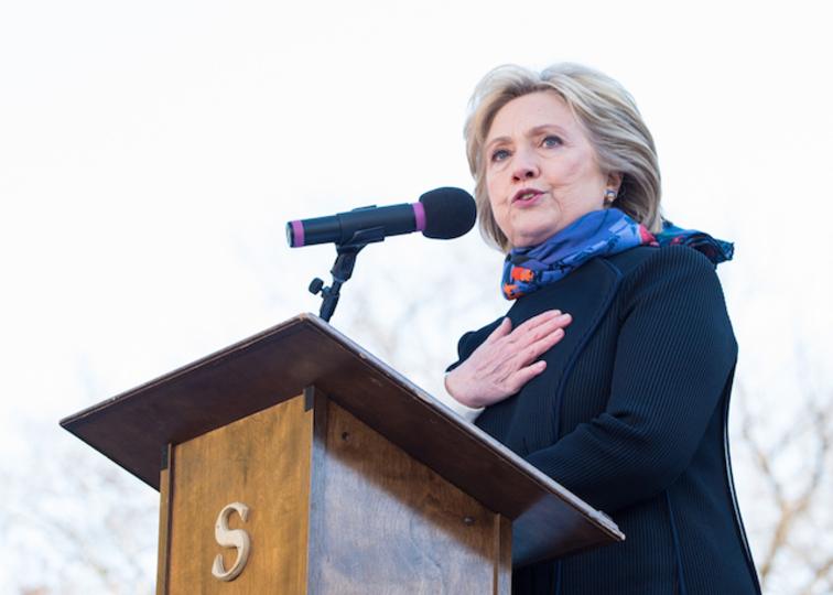 ヒラリー・クリントン候補、記者団に向けノイズマシン発動?