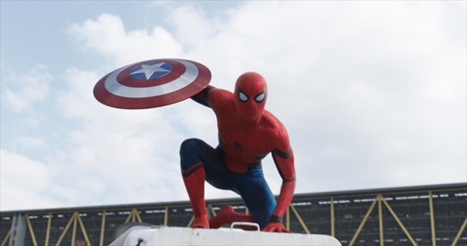 盾を持ったスパイダーマンの画像