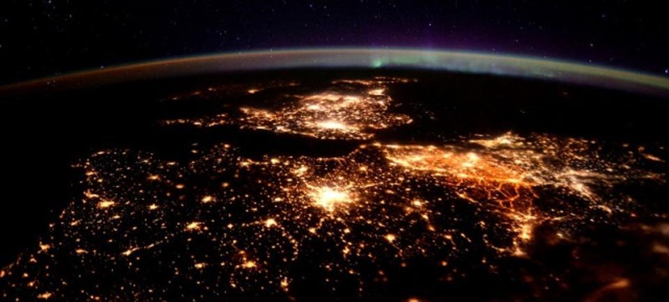 光とオーロラの共演。ヨーロッパの夜を宇宙から撮影