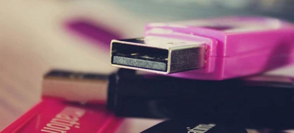 USBが落ちていたら、こっそり拾う? 中も見ちゃう?