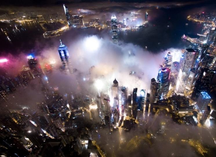 最高の魔界かな? 妖しさが漂う、霧に包まれた香港の夜景
