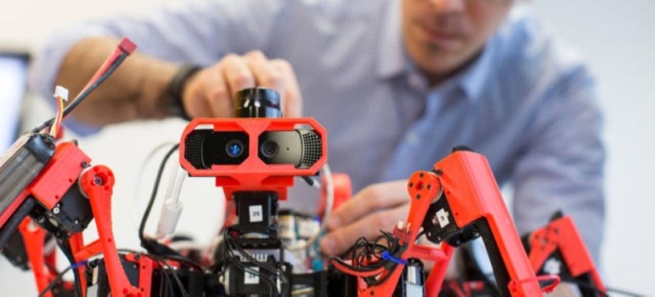 あ、人類もう詰んじゃった? 協力して物を作り上げるクモ型の3Dプリンター自律ロボット