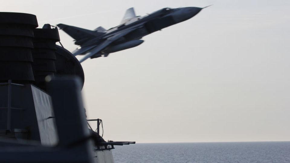 ロシア軍機がアメリカ駆逐艦にスレッスレの異常接近飛行した瞬間