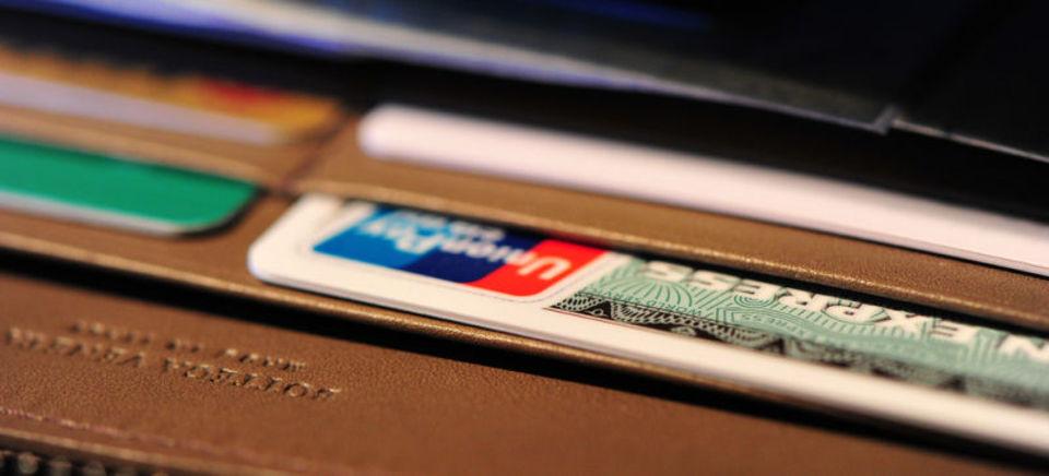 クレジットカードの詐欺被害が増加したのは、店側の読取機が原因