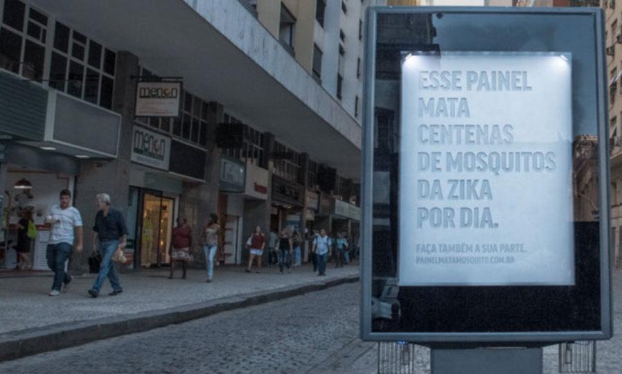 偽物の汗を流すビルボード広告。ブラジルの新たな蚊対策