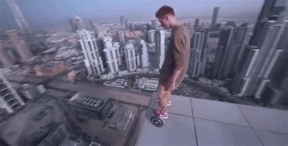 こんな発想なかったけど無理、怖い! ドバイの高層ビル屋上キワキワでホバーボード