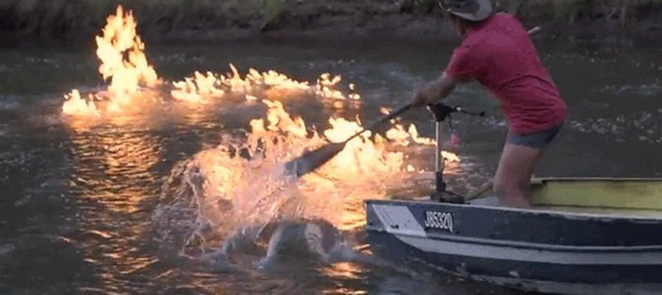 なんと川面に火柱が…。その理由は溢れでるメタンガス