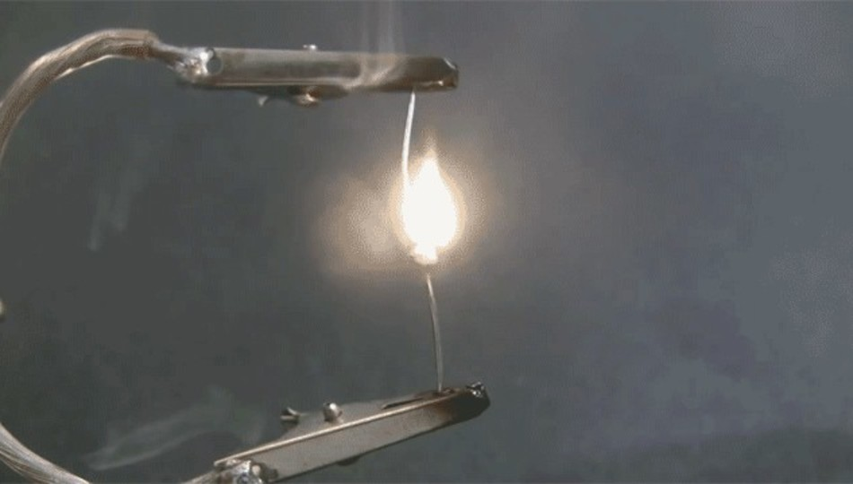 精密機器に使われる小さな部品が爆発炎上するシーンだけをつなげた動画