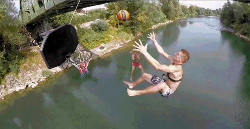 橋から飛び降りながらフリースタイルのダンクシュートするってそんなに楽しい?