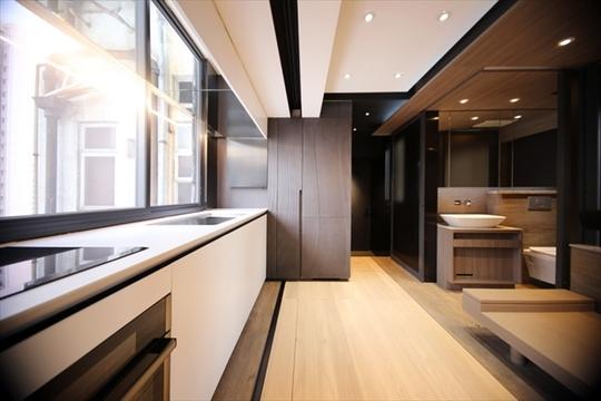 ベッドもキッチンもバスタブもフルサイズ、すべてを可動式にした天才的にスマートな「ウサギ小屋」住宅