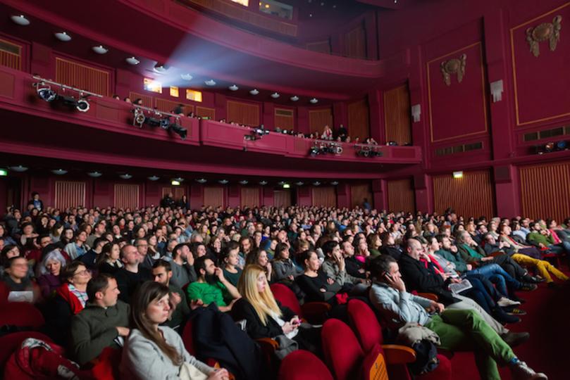 アメリカの映画館、上映中も携帯を使えるようになるかも?