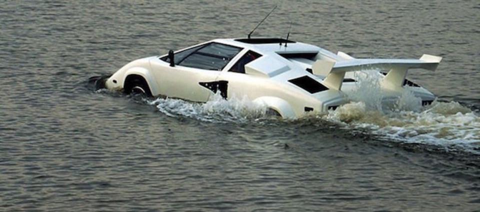 水上ザブザブ。水陸両用ランボルギーニが気持ちよさそう