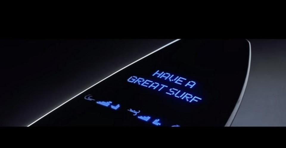 Samsung、なんとスマホを内蔵できるサーフボードを発表