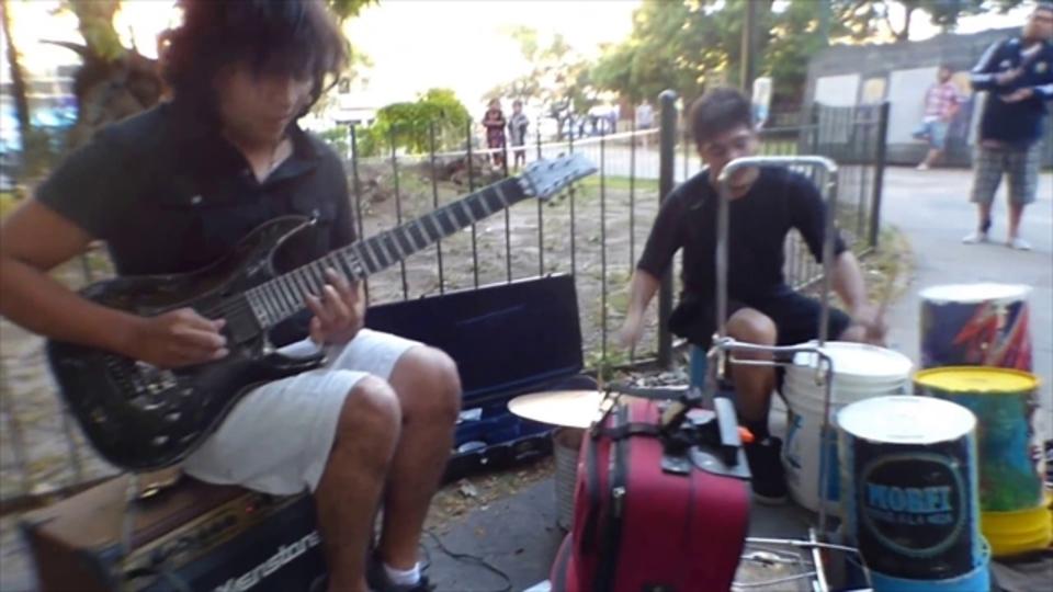 バケツドラム+スゴテクギターでストリート・ヘヴィメタル!