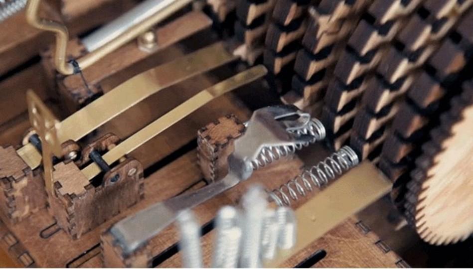 ダサかっこいい感じ。日用品でメロディを奏でる手作りオルゴール
