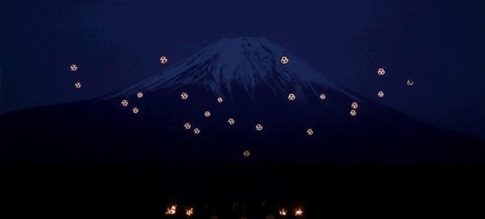 富士山を背に舞い踊るドローン。三味線とのコラボがかっこいいライブパフォーマンス