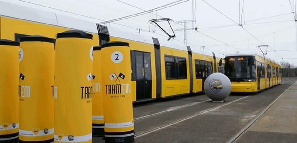 一度はやってみたい。ヨーロッパの路面電車、トラムで巨大ボーリング大会