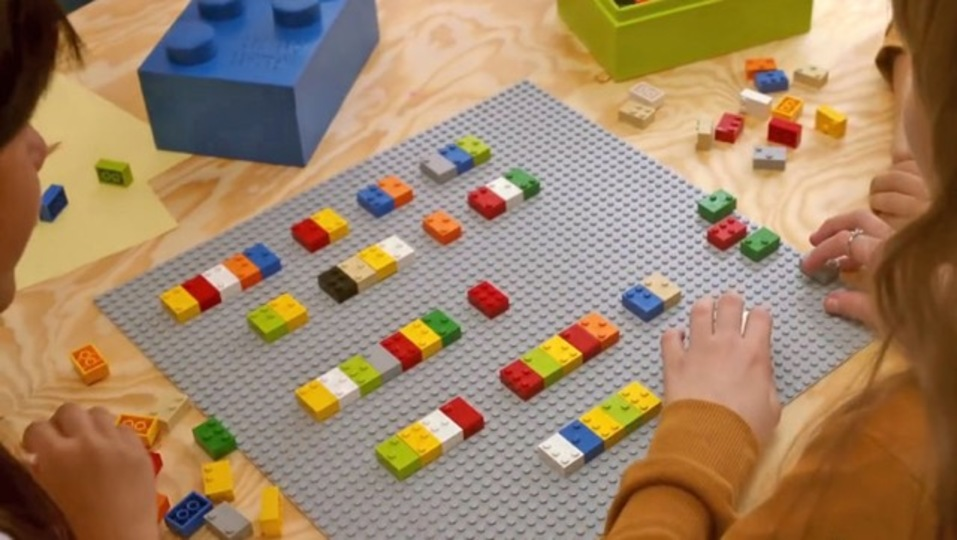 よく見てください、レゴじゃないんです。遊びながら点字が学べるんです