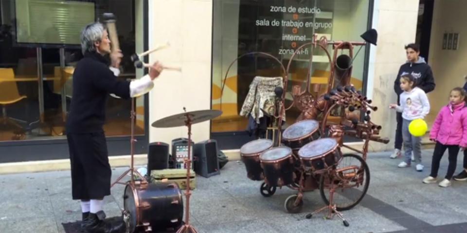 スペインにはスティックを投げてドラムを演奏する男がいる!