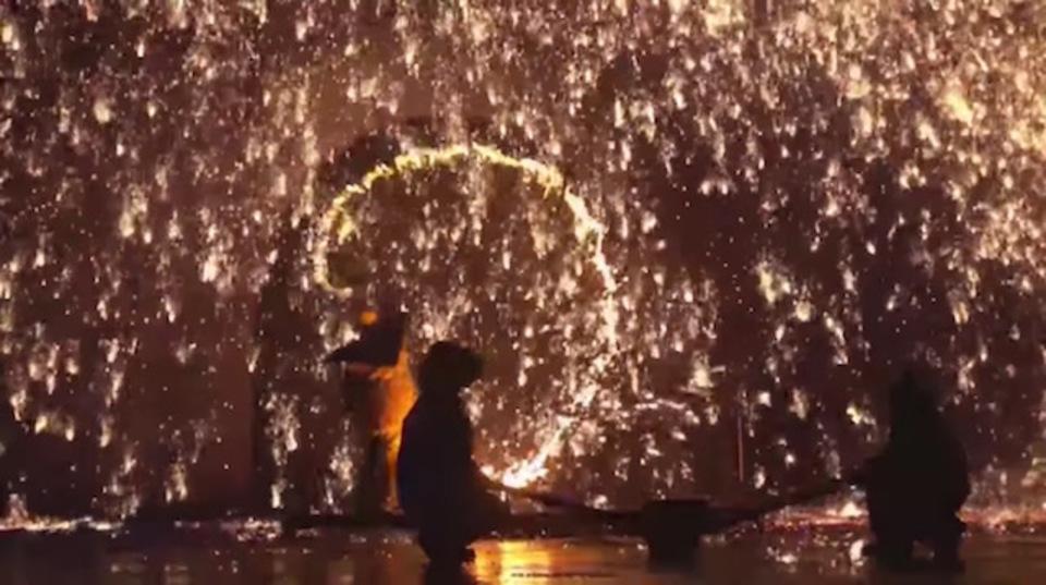 約1,600度の溶鉄をすくって、ほい! 中国の花火、輝きのひみつとは