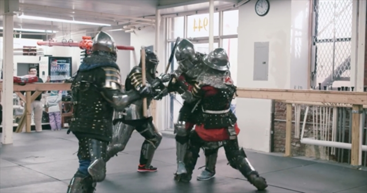 騎士たちが激闘を繰り広げる甲冑ファイト・クラブのドキュメンタリー