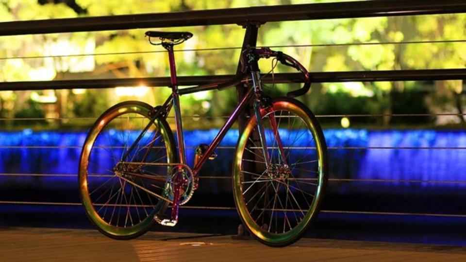 光によって表情を変える「カメレオン自転車」が何となく虫チック