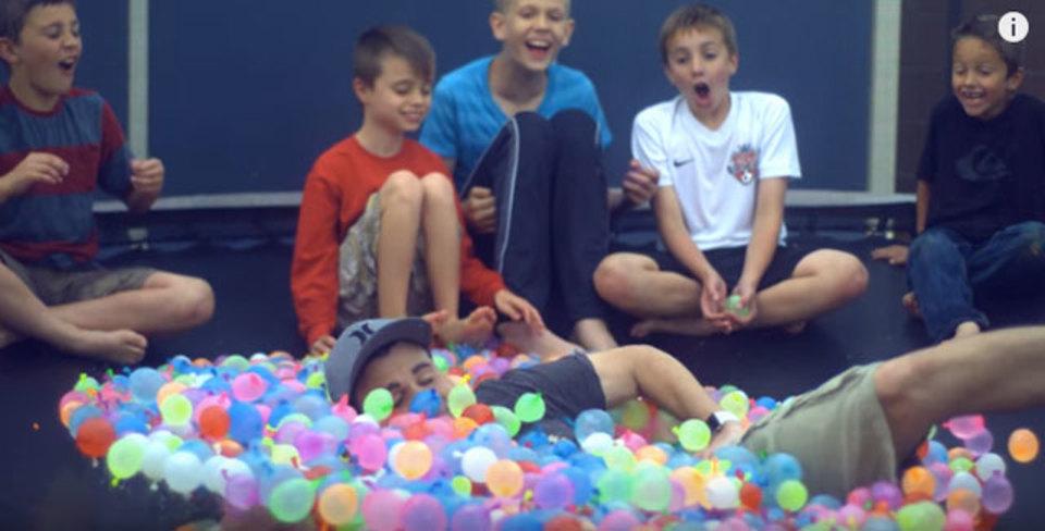 巨大トランポリン×水風船1,500個。大人だからできる、子どもが夢みる夏の1日