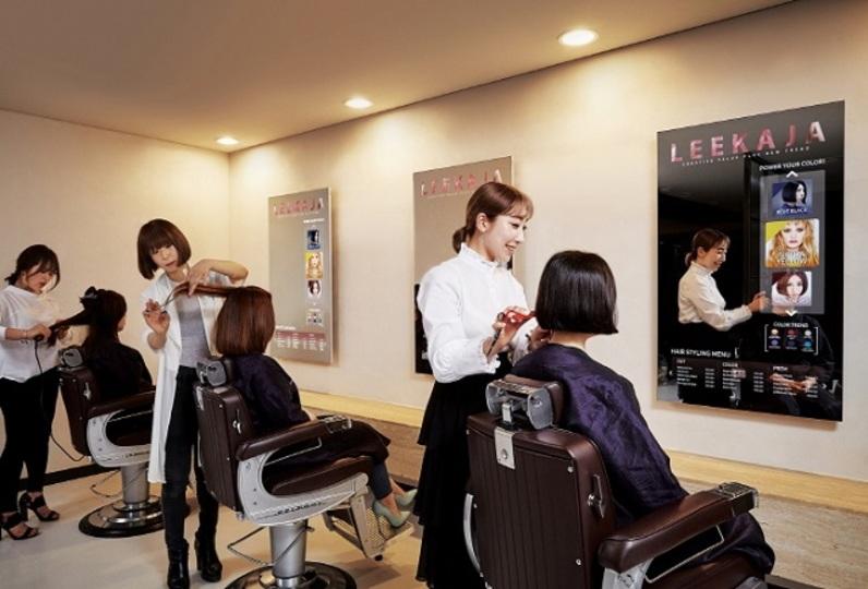Samsung、鏡にもなる大型ディスプレイを美容院に導入